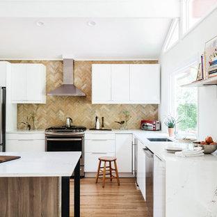 Foto di una cucina moderna con lavello sottopiano, ante lisce, ante bianche, paraspruzzi multicolore, elettrodomestici in acciaio inossidabile, pavimento in legno massello medio e top bianco