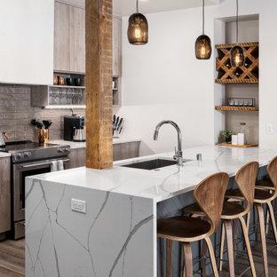 Неиссякаемый источник вдохновения для домашнего уюта: угловая кухня среднего размера в стиле лофт с обеденным столом, накладной раковиной, открытыми фасадами, светлыми деревянными фасадами, мраморной столешницей, светлым паркетным полом, коричневым полом, белой столешницей и деревянным потолком