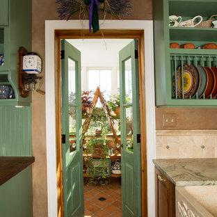 Eklektische Wohnküche in L-Form mit Landhausspüle, profilierten Schrankfronten, Schränken im Used-Look, Granit-Arbeitsplatte, Küchenrückwand in Beige, Kalk-Rückwand, Küchengeräten aus Edelstahl, hellem Holzboden, Kücheninsel und buntem Boden in Washington, D.C.