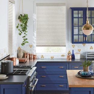Immagine di una cucina a L chic chiusa e di medie dimensioni con ante in stile shaker, ante blu, top in quarzo composito, paraspruzzi multicolore, paraspruzzi con piastrelle a mosaico, parquet scuro, isola, pavimento nero e top nero