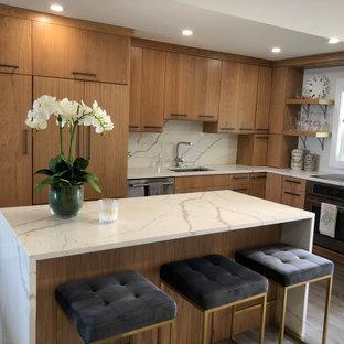 マイアミの小さいビーチスタイルのおしゃれなキッチン (アンダーカウンターシンク、フラットパネル扉のキャビネット、中間色木目調キャビネット、クオーツストーンカウンター、白いキッチンパネル、クオーツストーンのキッチンパネル、シルバーの調理設備、クッションフロア、グレーの床、白いキッチンカウンター) の写真
