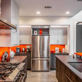 Idéer för ett mellanstort modernt svart kök, med en enkel diskho, släta luckor, skåp i mörkt trä, bänkskiva i kvarts, orange stänkskydd, stänkskydd i glaskakel, rostfria vitvaror, betonggolv, en köksö och grått golv