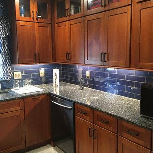 На фото: с высоким бюджетом п-образные кухни среднего размера в стиле фьюжн с одинарной раковиной, фасадами в стиле шейкер, темными деревянными фасадами, гранитной столешницей, синим фартуком, фартуком из стеклянной плитки, техникой из нержавеющей стали, полом из керамической плитки, серым полом и синей столешницей без острова