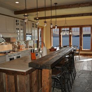 Imagen de cocina comedor rural, de tamaño medio, con una isla