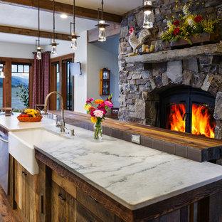 Diseño de cocina comedor de galera, rústica, de tamaño medio, con fregadero sobremueble, puertas de armario de madera oscura, suelo de madera en tonos medios y una isla