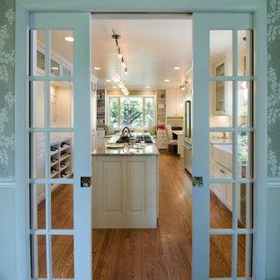 他の地域の小さいトラディショナルスタイルのおしゃれなキッチン (エプロンフロントシンク、白いキャビネット、御影石カウンター、緑のキッチンパネル、セラミックタイルのキッチンパネル、シルバーの調理設備、無垢フローリング、茶色い床、マルチカラーのキッチンカウンター) の写真