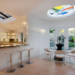 Bild på ett funkis kök och matrum, med luckor med glaspanel och vita skåp