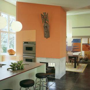 Idee per una cucina moderna con ante lisce e ante arancioni