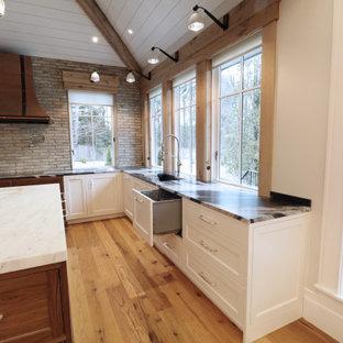 ボストンの巨大なトランジショナルスタイルのおしゃれなキッチン (エプロンフロントシンク、インセット扉のキャビネット、大理石カウンター、マルチカラーのキッチンパネル、レンガのキッチンパネル、シルバーの調理設備、無垢フローリング、マルチカラーの床、マルチカラーのキッチンカウンター) の写真