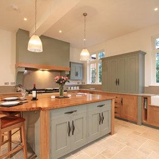 Идея дизайна: угловая кухня в стиле современная классика с обеденным столом, двойной раковиной, фасадами в стиле шейкер, зелеными фасадами, столешницей из кварцевого композита, фартуком из каменной плиты и бежевым фартуком