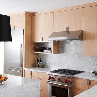 Geschlossene, Große Moderne Küche in U-Form mit flächenbündigen Schrankfronten, hellen Holzschränken, Küchenrückwand in Weiß, Küchengeräten aus Edelstahl, hellem Holzboden, Doppelwaschbecken, Marmor-Arbeitsplatte, Rückwand aus Marmor, Halbinsel und braunem Boden in Toronto