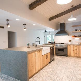 マイアミの大きいエクレクティックスタイルのおしゃれなキッチン (エプロンフロントシンク、フラットパネル扉のキャビネット、ヴィンテージ仕上げキャビネット、白いキッチンパネル、シルバーの調理設備の、グレーのキッチンカウンター) の写真