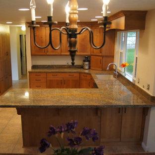 Imagen de cocina de estilo de casa de campo con encimera de mármol y encimeras naranjas
