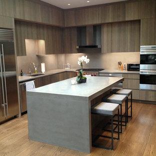 ニューヨークの中サイズのコンテンポラリースタイルのおしゃれなキッチン (アンダーカウンターシンク、フラットパネル扉のキャビネット、グレーのキャビネット、コンクリートカウンター、グレーのキッチンパネル、セメントタイルのキッチンパネル、シルバーの調理設備、無垢フローリング) の写真