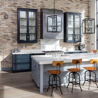 ダブリンの中サイズのインダストリアルスタイルのおしゃれなキッチン (アンダーカウンターシンク、シェーカースタイル扉のキャビネット、グレーのキャビネット、大理石カウンター、石スラブのキッチンパネル、シルバーの調理設備の、無垢フローリング) の写真