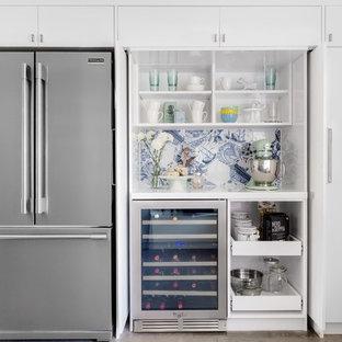 Inspiration för ett mellanstort funkis kök, med en undermonterad diskho, släta luckor, vita skåp, bänkskiva i kvarts, blått stänkskydd, stänkskydd i porslinskakel, rostfria vitvaror, mellanmörkt trägolv och grått golv