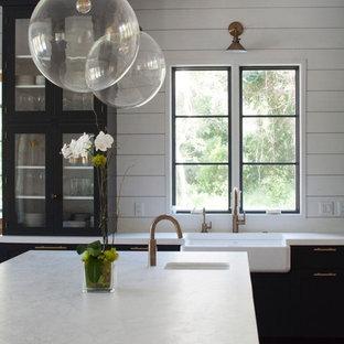 Cette photo montre une grande cuisine ouverte industrielle en U avec un évier de ferme, un placard à porte shaker, des portes de placard bleues, un plan de travail en cuivre, une crédence blanche, une crédence en carreau de céramique, un électroménager en acier inoxydable, un sol en bois clair, un îlot central et un sol beige.