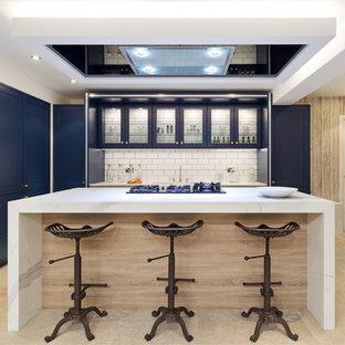 Moderne Wohnküche mit Glasfronten, blauen Schränken, Küchenrückwand in Weiß, Rückwand aus Metrofliesen und Kücheninsel in Belfast