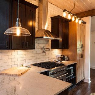 シカゴの中サイズのインダストリアルスタイルのおしゃれなキッチン (エプロンフロントシンク、シェーカースタイル扉のキャビネット、濃色木目調キャビネット、珪岩カウンター、白いキッチンパネル、セラミックタイルのキッチンパネル、シルバーの調理設備の、濃色無垢フローリング) の写真