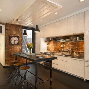 ワシントンD.C.のインダストリアルスタイルのおしゃれなキッチン (フラットパネル扉のキャビネット、淡色木目調キャビネット、ステンレスカウンター、一体型シンク、シルバーの調理設備の、茶色いキッチンパネル) の写真
