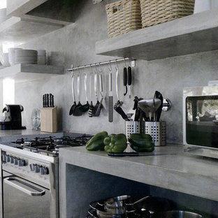 Неиссякаемый источник вдохновения для домашнего уюта: линейная кухня среднего размера в стиле лофт с обеденным столом, монолитной раковиной, открытыми фасадами, серыми фасадами, столешницей из бетона, серым фартуком, фартуком из цементной плитки, техникой из нержавеющей стали, бетонным полом, островом, серым полом и серой столешницей