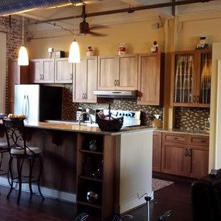 他の地域の小さいインダストリアルスタイルのおしゃれなキッチン (アンダーカウンターシンク、シェーカースタイル扉のキャビネット、中間色木目調キャビネット、御影石カウンター、マルチカラーのキッチンパネル、ガラス板のキッチンパネル、シルバーの調理設備の) の写真