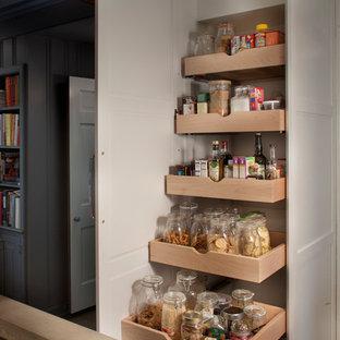 Industrial Küche in L-Form mit Vorratsschrank, weißen Schränken und Kücheninsel in Philadelphia