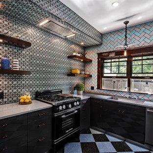 Создайте стильный интерьер: маленькая отдельная, угловая кухня в стиле лофт с столешницей из кварцевого композита, разноцветным фартуком, фартуком из плитки кабанчик, серой столешницей, полом из линолеума, разноцветным полом, врезной раковиной, плоскими фасадами, черными фасадами и черной техникой без острова - последний тренд