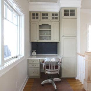 ニューヨークの中くらいのインダストリアルスタイルのおしゃれなキッチン (エプロンフロントシンク、シェーカースタイル扉のキャビネット、緑のキャビネット、クオーツストーンカウンター、マルチカラーのキッチンパネル、ガラス板のキッチンパネル、白い調理設備、淡色無垢フローリング、アイランドなし) の写真