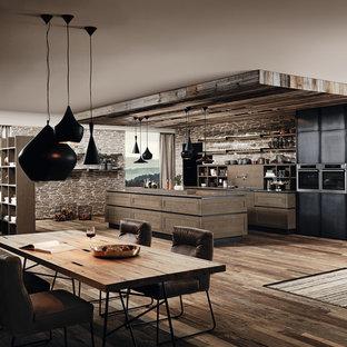 マイアミの広いインダストリアルスタイルのおしゃれなキッチン (落し込みパネル扉のキャビネット、中間色木目調キャビネット、クオーツストーンカウンター、シルバーの調理設備、濃色無垢フローリング) の写真