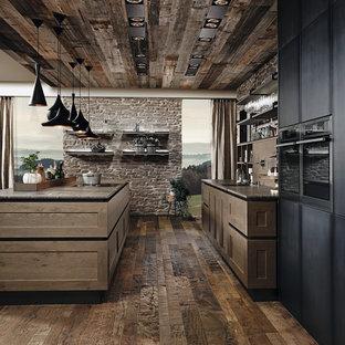 Offene, Zweizeilige, Große Industrial Küche mit Schrankfronten mit vertiefter Füllung, hellbraunen Holzschränken, Quarzwerkstein-Arbeitsplatte, Küchengeräten aus Edelstahl, dunklem Holzboden und Kücheninsel in Miami