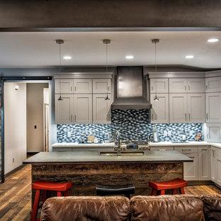 他の地域の大きいインダストリアルスタイルのおしゃれなキッチン (ダブルシンク、シェーカースタイル扉のキャビネット、グレーのキャビネット、クオーツストーンカウンター、マルチカラーのキッチンパネル、磁器タイルのキッチンパネル、シルバーの調理設備の、濃色無垢フローリング) の写真