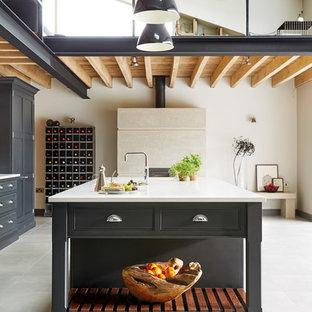 マンチェスターの大きいインダストリアルスタイルのおしゃれなキッチン (シェーカースタイル扉のキャビネット、グレーのキャビネット) の写真