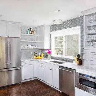 デトロイトの小さいインダストリアルスタイルのおしゃれなキッチン (アンダーカウンターシンク、シェーカースタイル扉のキャビネット、グレーのキャビネット、クオーツストーンカウンター、グレーのキッチンパネル、セラミックタイルのキッチンパネル、シルバーの調理設備の、濃色無垢フローリング) の写真