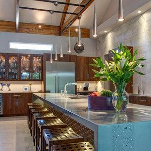 Diseño de cocina moderna con fregadero integrado, encimera de cemento y encimeras turquesas