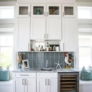 Новые идеи обустройства дома: отдельная, п-образная кухня среднего размера в стиле модернизм с одинарной раковиной, фасадами с утопленной филенкой, белыми фасадами, мраморной столешницей, серым фартуком, фартуком из металлической плитки, техникой из нержавеющей стали, полом из фанеры, островом, коричневым полом и разноцветной столешницей