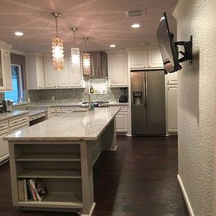 Idéer för ett mycket stort modernt kök, med en rustik diskho, luckor med upphöjd panel, lila skåp, granitbänkskiva, stänkskydd i glaskakel, rostfria vitvaror, mörkt trägolv, en köksö och brunt golv