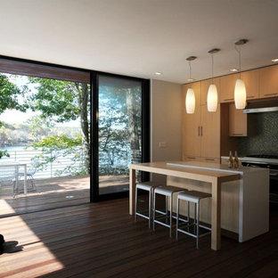Ispirazione per una cucina minimalista di medie dimensioni con ante lisce, ante in legno chiaro, top in cemento, lavello integrato, paraspruzzi verde, paraspruzzi con piastrelle in ceramica, elettrodomestici in acciaio inossidabile, parquet chiaro e isola