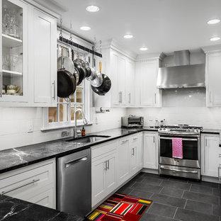 フィラデルフィアの小さいトランジショナルスタイルのおしゃれなキッチン (アンダーカウンターシンク、白いキャビネット、ソープストーンカウンター、白いキッチンパネル、ガラスタイルのキッチンパネル、シルバーの調理設備、磁器タイルの床、シェーカースタイル扉のキャビネット) の写真