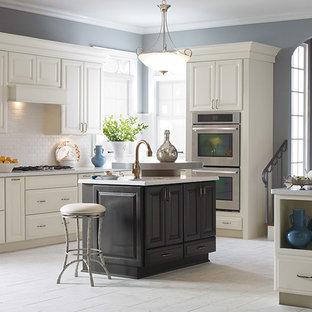 Geschlossene, Große Klassische Küche in L-Form mit Unterbauwaschbecken, profilierten Schrankfronten, weißen Schränken, Küchenrückwand in Weiß, Rückwand aus Metrofliesen, Porzellan-Bodenfliesen, Kücheninsel, grauem Boden und weißer Arbeitsplatte in Sonstige