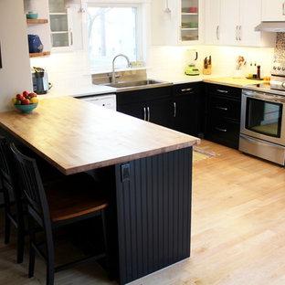 Неиссякаемый источник вдохновения для домашнего уюта: маленькая п-образная кухня в современном стиле с обеденным столом, накладной раковиной, фасадами с утопленной филенкой, черными фасадами, деревянной столешницей, белым фартуком, фартуком из плитки кабанчик, техникой из нержавеющей стали, полом из бамбука и полуостровом
