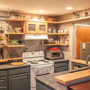 Ispirazione per una piccola cucina design con ante in legno chiaro, paraspruzzi con piastrelle di metallo, elettrodomestici bianchi, penisola, lavello sottopiano, nessun'anta, top in quarzo composito, paraspruzzi beige e pavimento in bambù