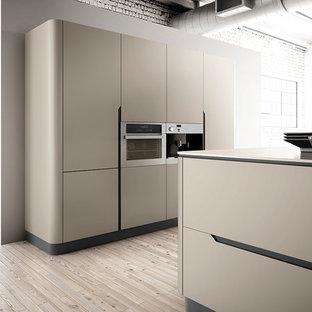 マイアミの中サイズのコンテンポラリースタイルのおしゃれなキッチン (ドロップインシンク、フラットパネル扉のキャビネット、ベージュのキャビネット、珪岩カウンター、ベージュキッチンパネル、レンガのキッチンパネル、パネルと同色の調理設備、セラミックタイルの床、茶色い床) の写真