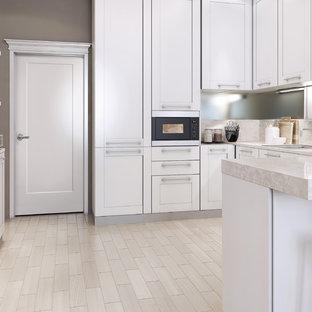 ボルチモアの小さいコンテンポラリースタイルのおしゃれなキッチン (ドロップインシンク、フラットパネル扉のキャビネット、白いキャビネット、御影石カウンター、グレーのキッチンパネル、ミラータイルのキッチンパネル、白い調理設備、リノリウムの床、アイランドなし) の写真