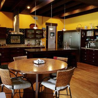Пример оригинального дизайна интерьера: большая п-образная кухня-гостиная в современном стиле с двойной раковиной, темными деревянными фасадами, бежевым фартуком, техникой из нержавеющей стали, полом из бамбука, фасадами в стиле шейкер, столешницей из гранита, фартуком из каменной плитки, островом и коричневым полом