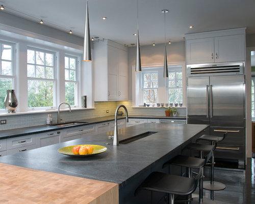 moderne wohnk chen mit r ckwand aus glasfliesen ideen. Black Bedroom Furniture Sets. Home Design Ideas