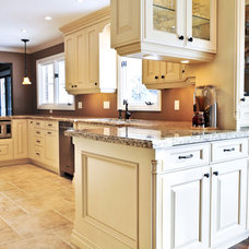 Traditional Kitchen by MB Jessee