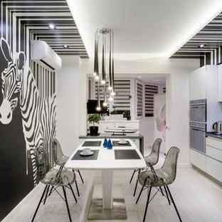 ロサンゼルスのエクレクティックスタイルのおしゃれなキッチン (フラットパネル扉のキャビネット、白いキャビネット、黒いキッチンパネル、淡色無垢フローリング、ベージュの床、グレーのキッチンカウンター) の写真