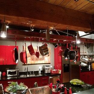 Offene, Zweizeilige, Mittelgroße Urige Küche mit Unterbauwaschbecken, flächenbündigen Schrankfronten, Edelstahlfronten, Mineralwerkstoff-Arbeitsplatte und Küchengeräten aus Edelstahl in Denver
