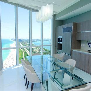 マイアミのモダンスタイルのおしゃれなキッチン (アンダーカウンターシンク、フラットパネル扉のキャビネット、中間色木目調キャビネット、パネルと同色の調理設備) の写真
